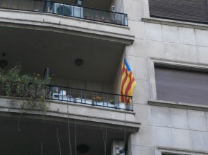 On many of the balconies around the city one can see the flag of the Catalan province.  © Photo by Florence Ricchiazzi Lince